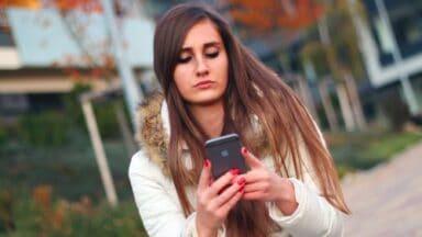 Ragazza messaggia con ragazzi diversi su Whatsapp
